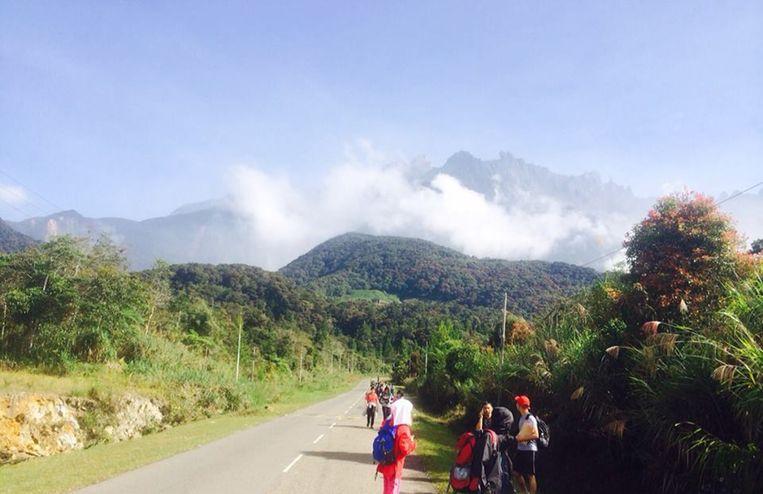 Toeristen wandelen weg van de heilige berg Kinabalu, waar vorige week een aardbeving plaatsvond.