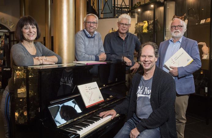 Op zoek naar een jeugdkoor in Almelo. Vlnr zangdocente Anja Lankamp en de leden van de mannenkoren Bert Sies, Gert Koetsier en Hans Buld. Zittend achter de piano Frank den Bakker.
