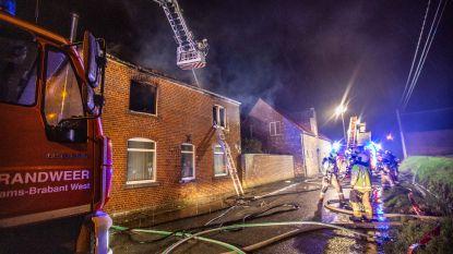 Moeder en dochter ontsnappen aan vlammenzee: woning in Oetingen onbewoonbaar na uitslaande brand