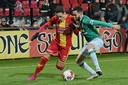 Jaroslav Navratil namens Go Ahead in duel met Brandon Ormonde-Ottewil van FC Dordrecht