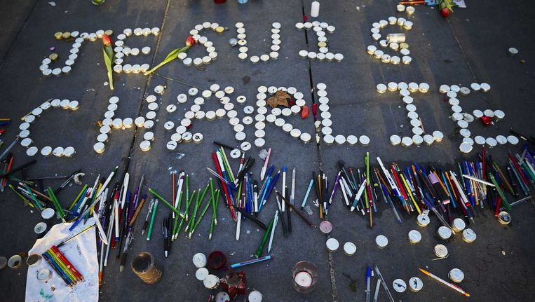 Vlak na de aanslagen in Parijs: Waxinelichtjes vormen de tekst 'Je suis Charlie' op de PLace de La Republique.