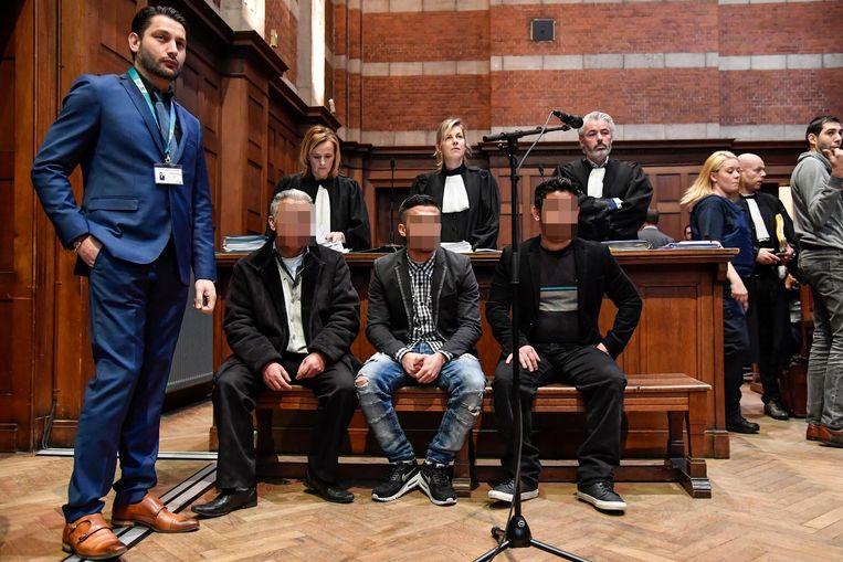 Fazil S. (links) en zijn twee zonen Arben S. en Faton S. staan terecht voor de moord op iemand van een andere Roma-familie in de rechtbank van Dendermonde.