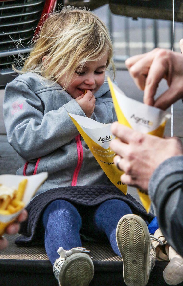 Ook de jongsten genieten van de gratis goudgele frietjes.