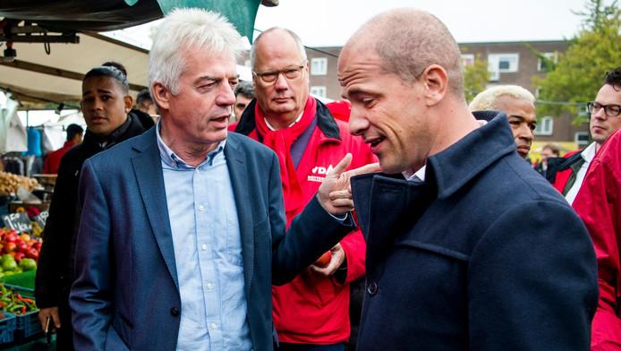 Kandidaat-lijsttrekker Diederik Samsom van de PvdA sprak de nieuwe voorzitter Stef Fleischeuer vorige week zaterdag tijdens een campagnebijeenkomst in Rotterdam-Delfshaven. Op de achtergrond fractievoorzitter Leo Bruijn.