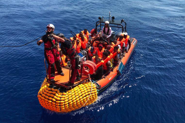 De Ocean Viking haalt maandag met een reddingsboot migranten uit zee. Beeld AFP