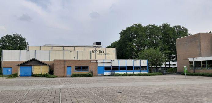 De verouderde sporthal op Keizerslanden, naast middelbare schoollocatie de Marke-noord, die waarschijnlijk ook gesloopt gaat worden.