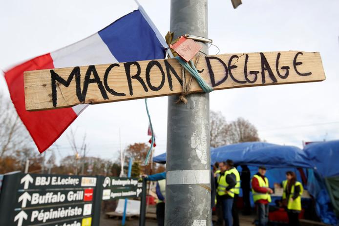 Veel gele hesjes willen af van de Franse president. 'Macron, rot op', staat op dit protestbord, vandaag gefotografeerd bij Bordeaux.
