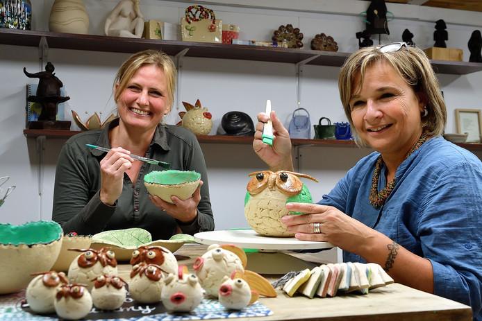 Barbara van der Lee en Anne van Oosterhout zijn vanuit de zorg in de keramiek gedoken. Sinds maart dit jaar vormen ze de drijvende krachter achter atelier ARTisjok.