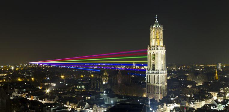 Zeven gekleurde laserstralen van ruim drie kilometer lang stralen vanaf universiteitscomplex Utrecht Science Park/De Uithof tot de Domtoren in het centrum van de stad. Het lichtkunstwerk, genaamd Sol Lumen, staat voor de sterke binding op het gebied van kennis en cultuur tussen de Universiteit Utrecht en de stad. Beeld anp