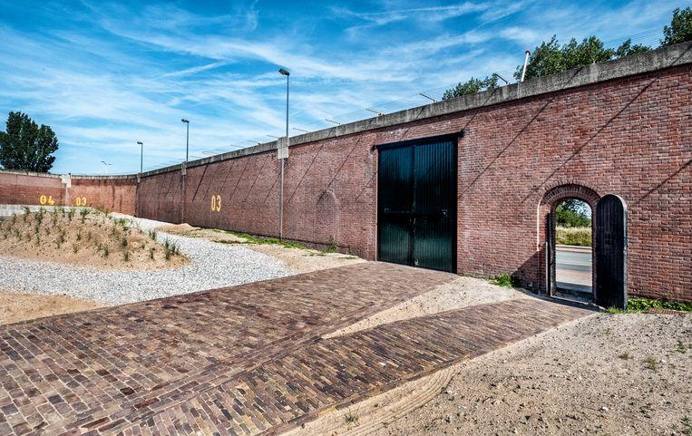 Onder de twee deuren uit de gevangenis naar de Waalsdorpervlakte. Beeld Raymond Rutting / de Volkskrant