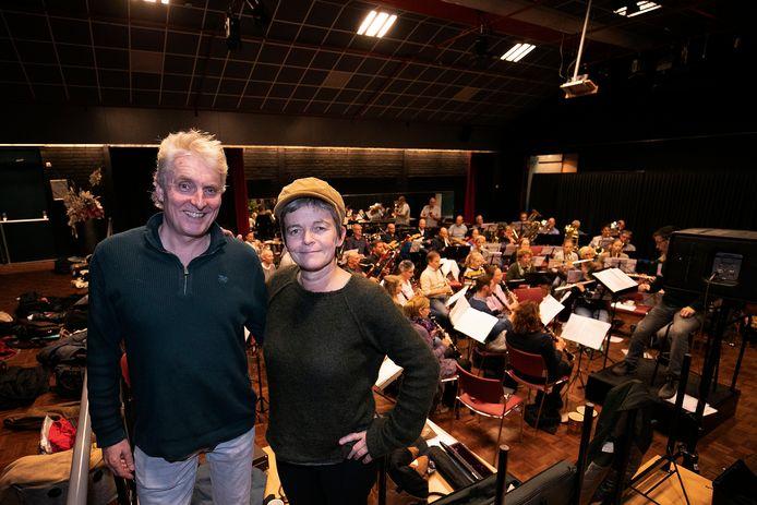 Harmonie De Dommelecho brengt het 'Friends-concert' 'Parels, Juwelen en Goud' met Jolande Janssen (rechts) en Edwin Wolterink.
