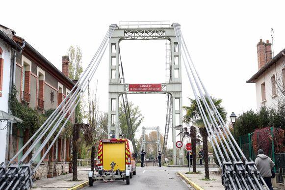De brug in Mirepoix-sur-Tarn ten noorden van Toulouse stortte in tussen 8 en 8.30 uur. Een vrachtwagen en twee wagens donderden naar beneden.