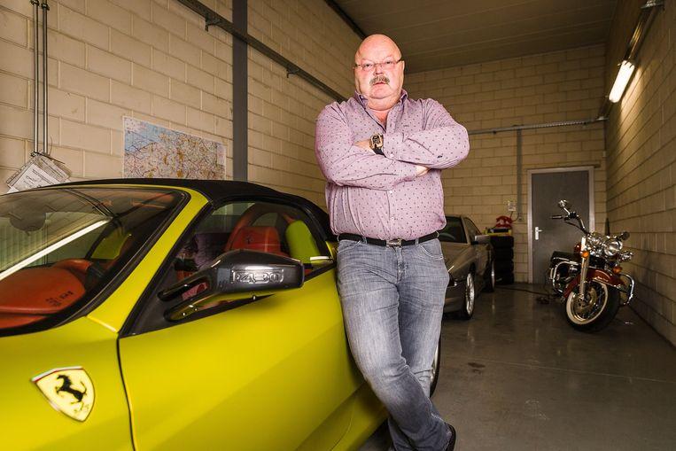 Michel Van den Brande op een archiefbeeld bij een Ferrari, zijn veroordeling liep hij op door met een BMW te snel te rijden.
