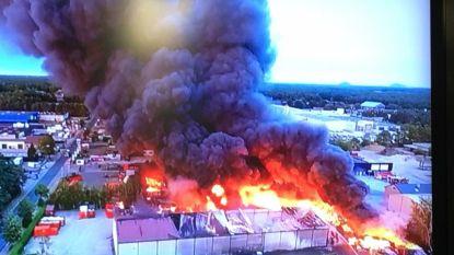 Brandweer bevecht tot diep in de nacht vuurzee bij recyclagebedrijf in Helchteren, brand nu onder controle
