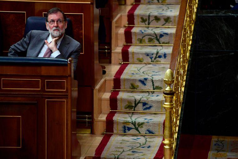 Premier Mariano Rajoy in het parlement in Madrid. Zijn politiek lot hangt aan een zijden draadje.