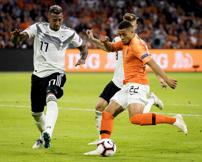 Arnaut Groeneveld van het Nederlands elftal in actie tegen Jerome Boateng van Duitsland tijdens de Nations League. ANP KOEN VAN WEEL