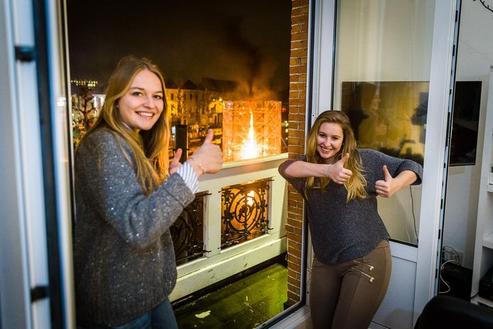 Cato en Elisabeth keuren de vuurkolk van zestien meter hoog op het water goed.