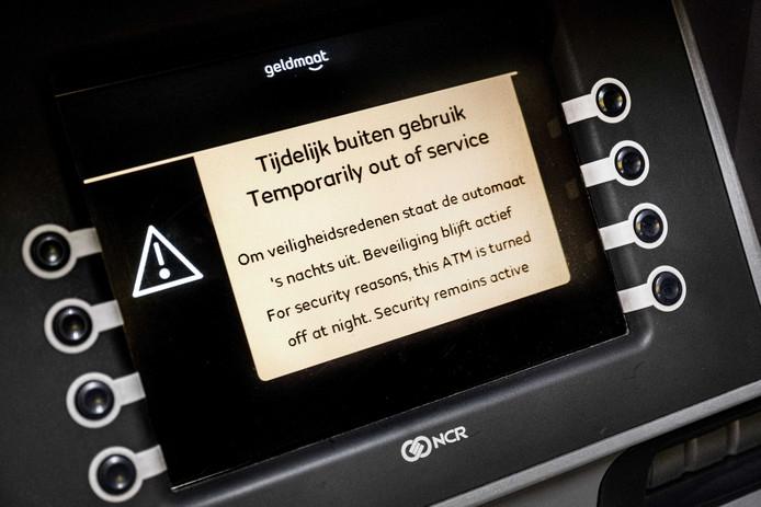 Een melding op de display van een 's nachts gesloten geldautomaat van Geldmaat