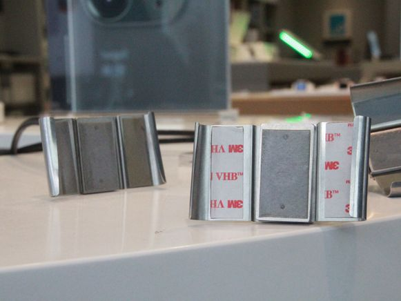 De iPhones zitten sinds een jaar vast aan deze metalen houders