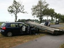 Vrouw uit auto geknipt na botsing met losgeschoten aanhanger op Raalterweg
