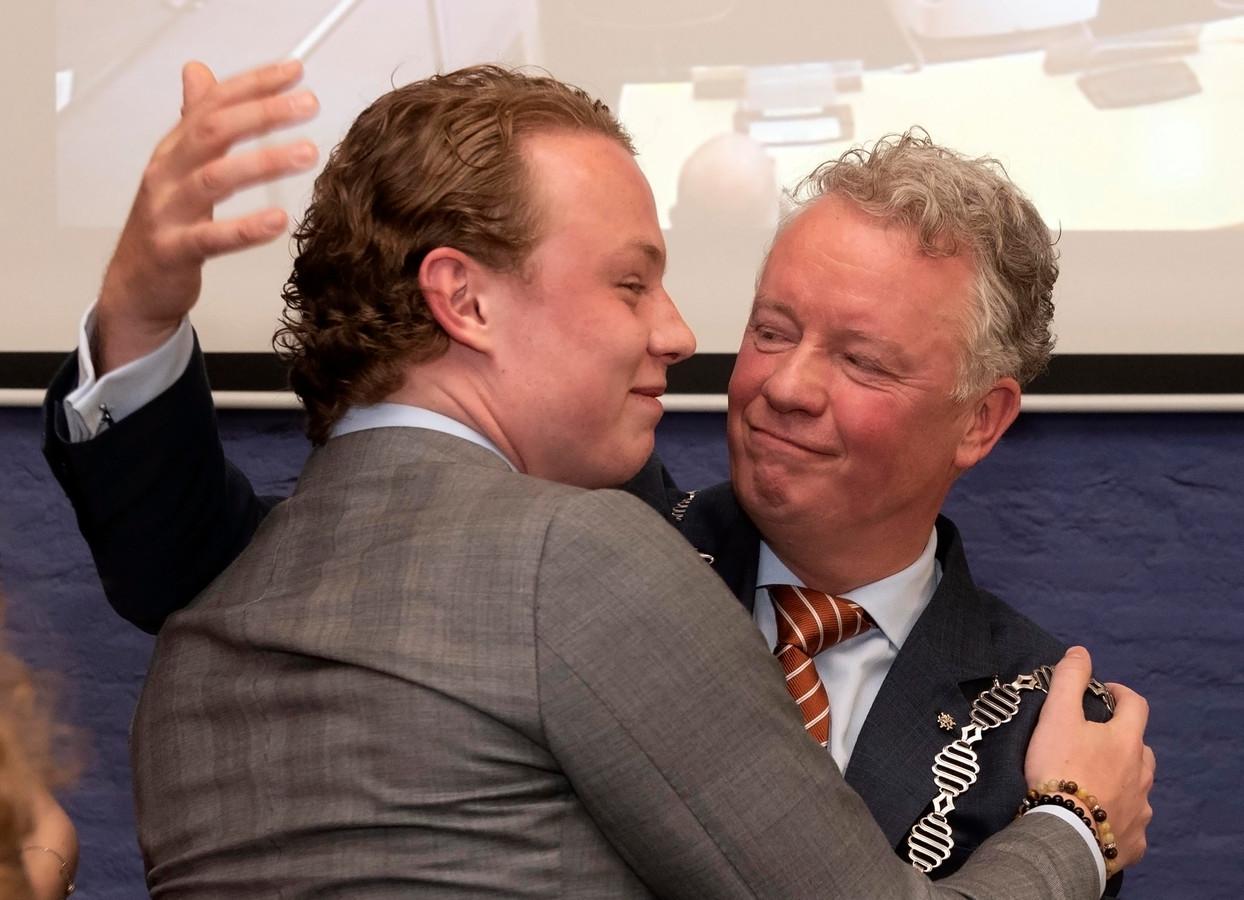 Felicitaties voor burgemeester Jean Paul Gebben door onder meer zijn oudste zoon Philip.
