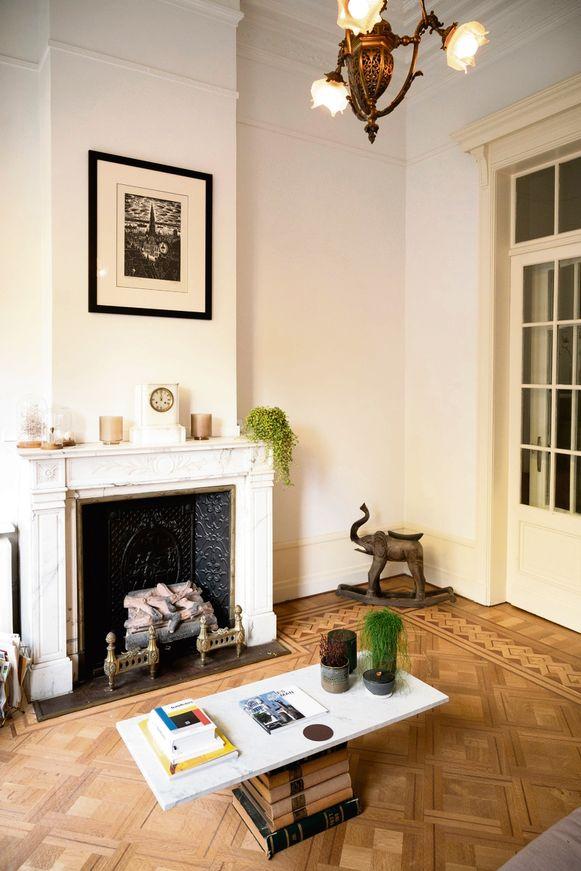 """""""In afwachting van een vintage salontafel waarnaar ik op zoek ben, legde ik een marmeren plaat boven op antieke boeken"""", zegt Steve."""