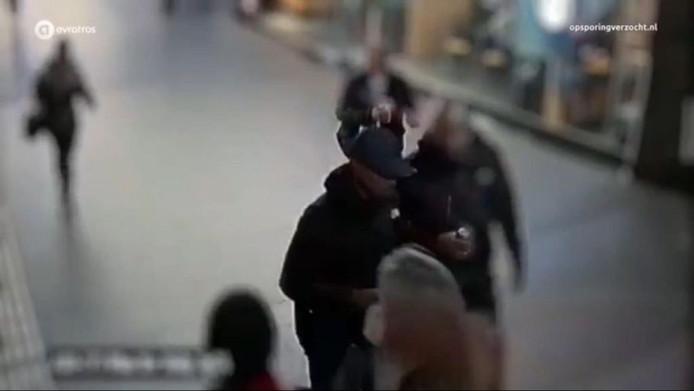 Lomp (links) en Dani M. op camerabeelden van het Centraal Station, in de nacht van de liquidatie.