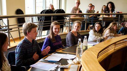 Jongeren en politici debatteren rond migratie