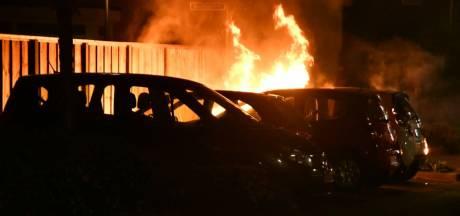 Weer gaat een auto in vlammen op in Enschede