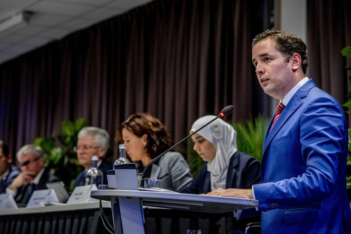 Nu wethouder Erik De Ridder (achter de microfoon) is vertrokken voert Esmah Lahla (rechts achter de tafel) namens het college het woord over de chroom-6 affaire.