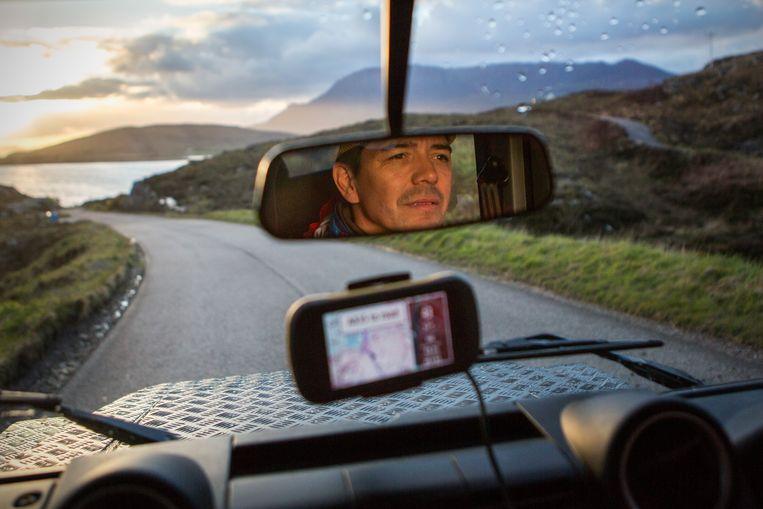 Avondlicht in het noordelijke deel van Schotland. Op zoek naar een goede camperplek.  Beeld Julius Schrank