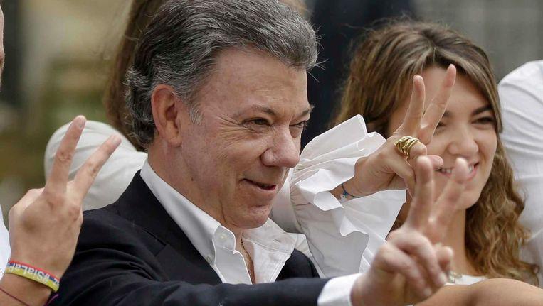 President Juan Manuel Santos maakt een V-teken, nadat hij zijn stem heeft uitgebracht, tijdens het referendum over het vredesakkoord tussen de regering van Colombia en de rebellenbeweging FARC. Beeld null