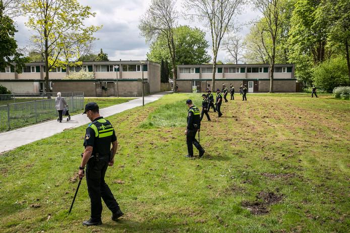 Zoekactie in Amsterdam-Zuidoost, twee maanden na Sabrina Oosterbeeks verdwijning.