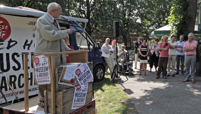Oud-wethouder Van Xanten gaf hier, net als dertien anderen, zijn mening over de dreigende sluiting van museum Jan Cunen en Stadsarchief Oss.