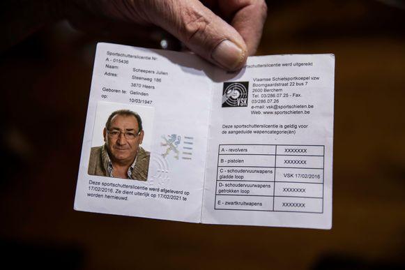 Julien Peeters laat zijn licentie zien