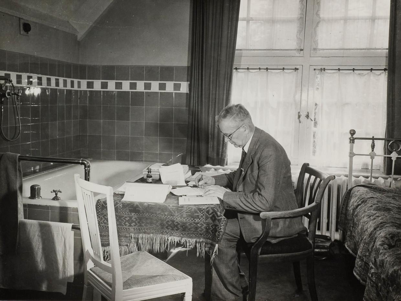 Tijdens de staking dook het hele NS-personeel onder. Op de foto: de ondergedoken directeur Hupkes werkt door in een kamer ergens in Het Gooi.