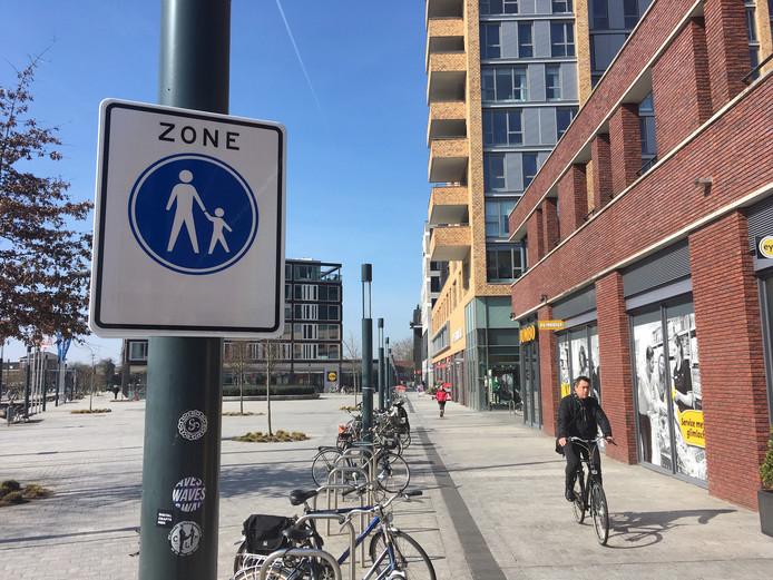 Het gebied rondom winkelcentrum Op De Brouwerij in Enschede is sinds kort een voetgangerszone