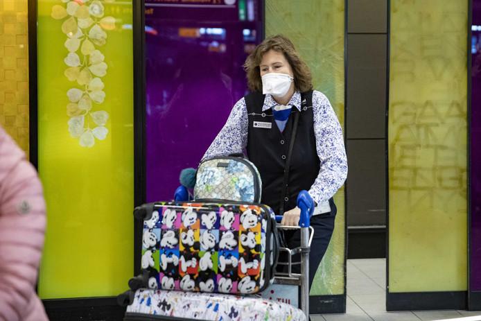 Een Nederlandse passagier van het cruiseschip de Westerdam arriveert op Schiphol. In Nederland is nog geen besmetting met het coronavirus geconstateerd. Veel mensen slaan echter wel mondkapjes in, ook in het Groene Hart.