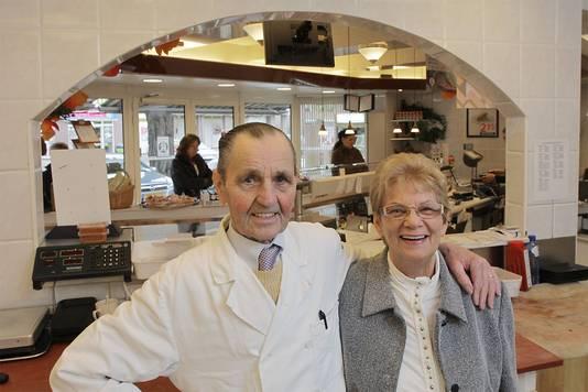 Gerrit en Fonza van Kraaij toen ze vijftig jaar getrouwd waren, en dus vijftig jaar in de slagerij stonden in 2009. Gerrit is inmiddels al vier jaar overleden.
