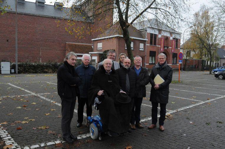 De leden van bewonersgroep 'Warm & Stijlvol' op het Gaston Martensplein.
