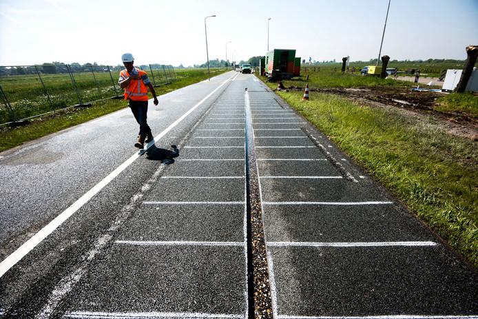 De voorbereidingen zijn begonnen voor de aanleg van een vak met zonnepanelen op de N401.