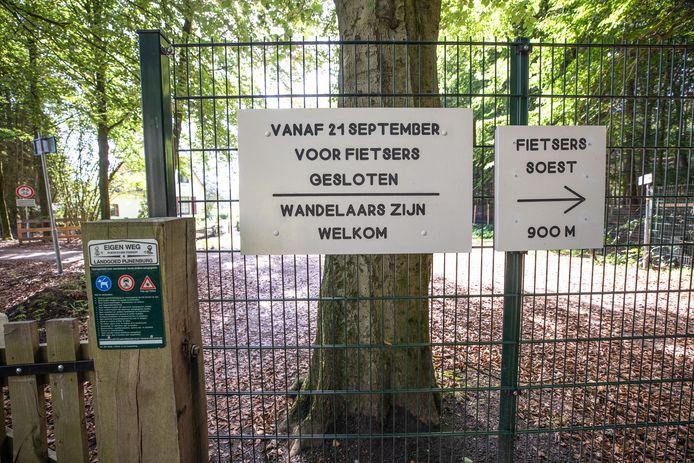 Op een nieuw toegangsbord staat dat landgoed Pijnenburg vanaf 21 september voor fietsers is gesloten.