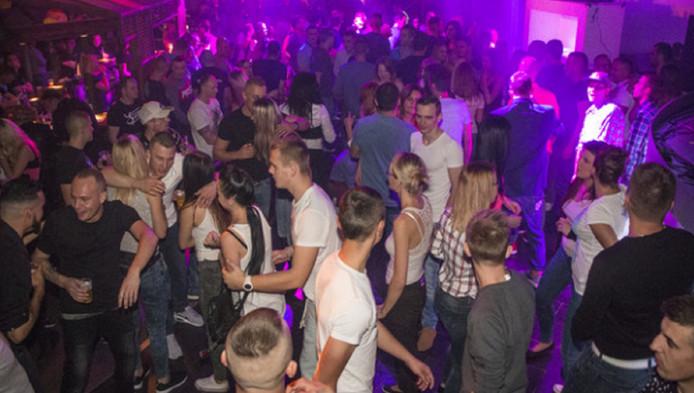 Westlandse jongeren vinden dat 'echt uitgaan' niet kan in Naaldwijk. Toch waren zaterdag veel jongeren te vinden in het Teejater.