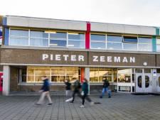 Minister Slob geeft Pieter Zeeman in Zierikzee extra geld