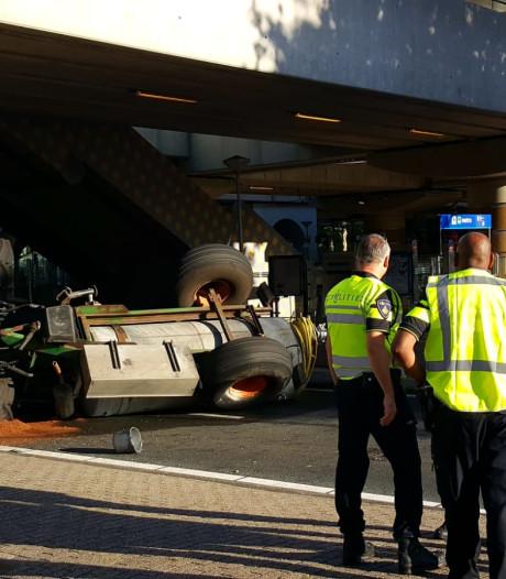 Traktor botst tegen viaduct Lelylaan