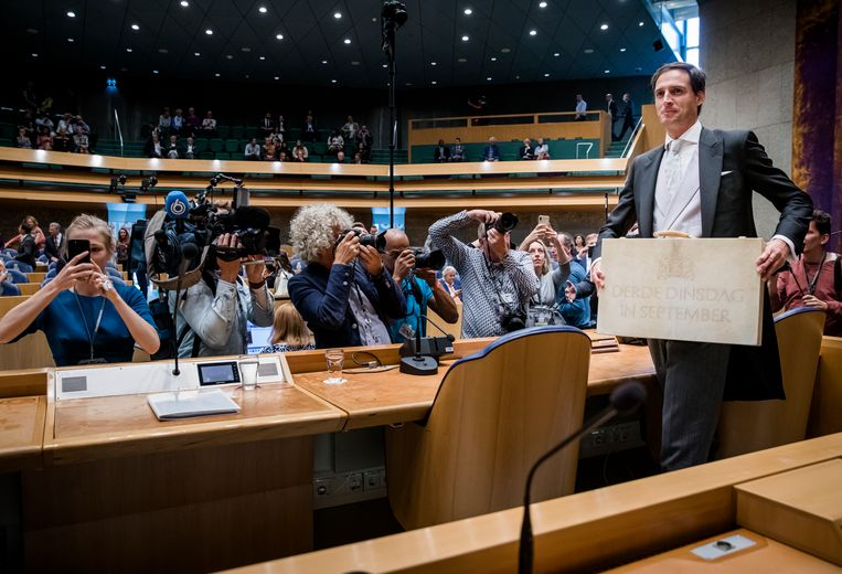 Minister Wopke Hoekstra van Financiën met het koffertje. Beeld ANP
