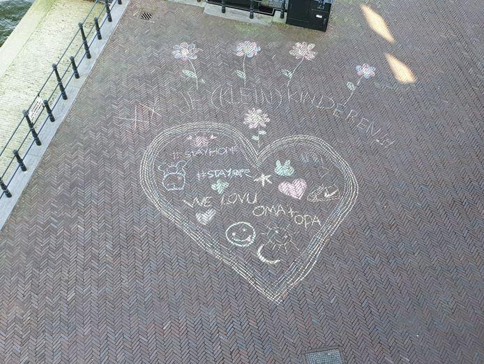 Een kunstwerkje aan de Draai in Dordrecht: 'voor onze opa en oma en alle andere mensen die daar wonen en geen visite meer krijgen!'