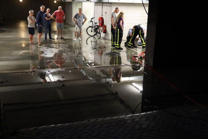 Parkeergarage verzorgingshuis Molenwijck blank door regenval.