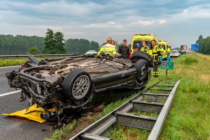Een auto botste achterop een vrachtwagen op de A59 bij Made.