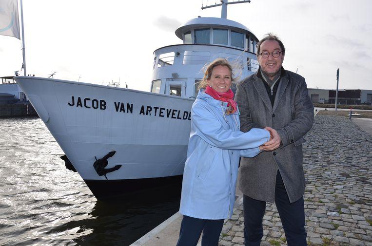 Burgemeester van Terneuzen Jan Lonink verwelkomt Gents havenschepen Sofie Bracke in Nederland.